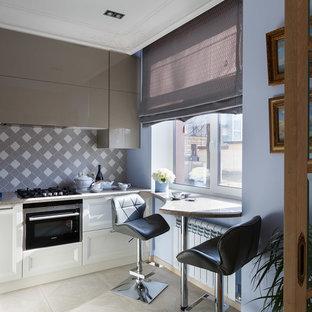 Стильный дизайн: кухня в современном стиле с серым фартуком и черной техникой - последний тренд