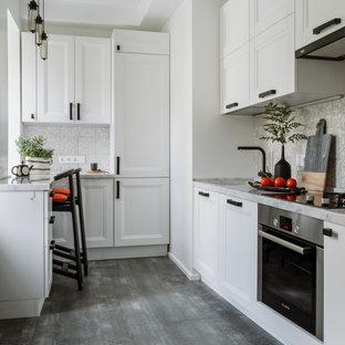Идея дизайна: п-образная кухня в скандинавском стиле с фасадами с утопленной филенкой, техникой из нержавеющей стали, полуостровом, серым полом, серой столешницей и черно-белыми фасадами