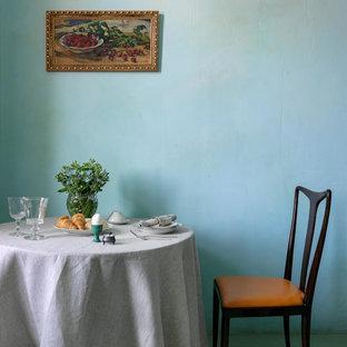 Idee per una piccola cucina boho chic con lavello a vasca singola, ante con riquadro incassato, ante bianche, top in rame, paraspruzzi multicolore, paraspruzzi con piastrelle in ceramica, elettrodomestici bianchi, pavimento con piastrelle in ceramica, pavimento multicolore e top arancione
