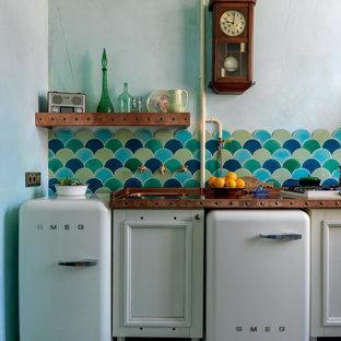 Einzeilige, Kleine Stilmix Wohnküche mit Waschbecken, Schrankfronten mit vertiefter Füllung, weißen Schränken, Kupfer-Arbeitsplatte, bunter Rückwand, Rückwand aus Keramikfliesen, weißen Elektrogeräten, Keramikboden, buntem Boden und oranger Arbeitsplatte in Moskau