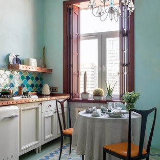 Новый формат декора квартиры: маленькая линейная кухня в стиле фьюжн с обеденным столом, фасадами с утопленной филенкой, белыми фасадами, разноцветным фартуком, белой техникой, разноцветным полом, одинарной раковиной, столешницей из меди, фартуком из керамической плитки, полом из керамической плитки и оранжевой столешницей