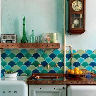 モスクワの小さいエクレクティックスタイルのおしゃれなキッチン (シングルシンク、落し込みパネル扉のキャビネット、白いキャビネット、銅製カウンター、マルチカラーのキッチンパネル、セラミックタイルのキッチンパネル、白い調理設備、セラミックタイルの床、マルチカラーの床、オレンジのキッチンカウンター) の写真