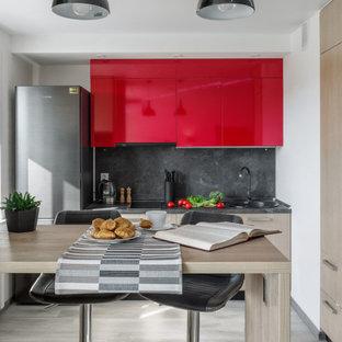 Неиссякаемый источник вдохновения для домашнего уюта: маленькая линейная кухня в современном стиле с накладной раковиной, плоскими фасадами, красными фасадами, серым фартуком, светлым паркетным полом, серым полом и серой столешницей