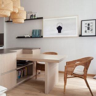 На фото: кухня в скандинавском стиле с плоскими фасадами, светлыми деревянными фасадами, светлым паркетным полом, бежевым полом и серой столешницей с