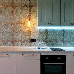 Inspiration för små industriella linjära kök med öppen planlösning, med släta luckor, vita skåp, glaspanel som stänkskydd, laminatgolv och vitt golv