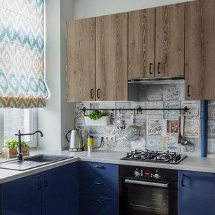 Идея дизайна: маленькая п-образная кухня-гостиная в стиле фьюжн с плоскими фасадами, синими фасадами, разноцветным фартуком, фартуком из керамической плитки, темным паркетным полом, накладной раковиной, черной техникой и коричневым полом без острова