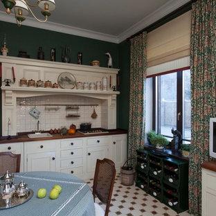 モスクワのヴィクトリアン調のおしゃれなキッチン (ドロップインシンク、白いキャビネット、白いキッチンパネル、アイランドなし) の写真