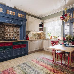 Свежая идея для дизайна: угловая кухня в стиле фьюжн с обеденным столом, врезной раковиной, фасадами с выступающей филенкой, синими фасадами, разноцветным фартуком, светлым паркетным полом, бежевым полом и бежевой столешницей без острова - отличное фото интерьера