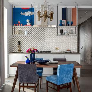 Свежая идея для дизайна: прямая кухня среднего размера с обеденным столом, врезной раковиной, белыми фасадами, белым фартуком, фартуком из керамогранитной плитки, полом из керамогранита, серым полом, серой столешницей и плоскими фасадами без острова - отличное фото интерьера
