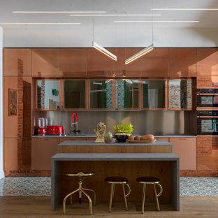 Idéer för ett modernt grå linjärt kök med öppen planlösning, med en nedsänkt diskho, släta luckor, bruna skåp, grått stänkskydd, en köksö och grönt golv