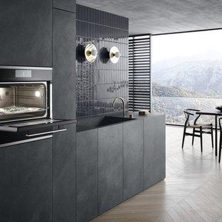Пример оригинального дизайна: кухня в современном стиле с черными фасадами, светлым паркетным полом и бежевым полом
