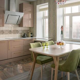 Удачное сочетание для дизайна помещения: кухня - столовая в современном стиле с плоскими фасадами, коричневыми фасадами, бежевым фартуком, серым полом и белой столешницей - самое интересное для вас