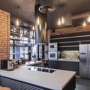 Offene Industrial Küche in U-Form mit Doppelwaschbecken, schwarzen Schränken, Rückwand-Fenster, weißen Elektrogeräten und Halbinsel in Sankt Petersburg