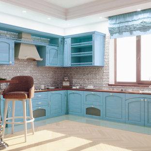 他の地域の大きいトランジショナルスタイルのおしゃれなキッチン (アンダーカウンターシンク、落し込みパネル扉のキャビネット、ターコイズのキャビネット、大理石カウンター、グレーのキッチンパネル、レンガのキッチンパネル、白い調理設備、無垢フローリング、アイランドなし、ベージュの床) の写真