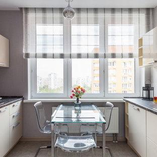 Удачное сочетание для дизайна помещения: параллельная кухня среднего размера в современном стиле с обеденным столом, накладной раковиной, плоскими фасадами, столешницей из ламината, белым фартуком, фартуком из керамической плитки, полом из керамической плитки, серым полом, коричневой столешницей и бежевыми фасадами - самое интересное для вас