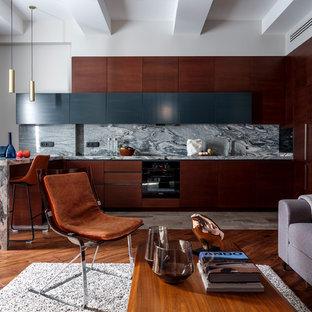На фото: п-образная кухня-гостиная в современном стиле с плоскими фасадами, темными деревянными фасадами, серым фартуком, черной техникой, полуостровом, серой столешницей, гранитной столешницей и фартуком из каменной плиты с