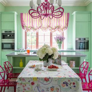 На фото: прямая кухня в стиле фьюжн с обеденным столом, фасадами с утопленной филенкой, зелеными фасадами, техникой из нержавеющей стали, островом, серым полом и серой столешницей в частном доме с