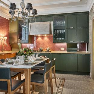 На фото: отдельная, угловая кухня в стиле современная классика с врезной раковиной, плоскими фасадами, зелеными фасадами и серым полом без острова с