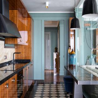 Идея дизайна: отдельная, параллельная кухня среднего размера в современном стиле с врезной раковиной, плоскими фасадами, фасадами цвета дерева среднего тона, бежевым фартуком, техникой под мебельный фасад, разноцветным полом и черной столешницей без острова