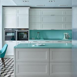 モスクワのエクレクティックスタイルのおしゃれなアイランドキッチン (落し込みパネル扉のキャビネット、白いキャビネット、マルチカラーの床、青いキッチンパネル) の写真
