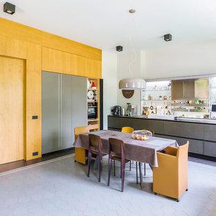 На фото: большая прямая кухня в современном стиле с обеденным столом, плоскими фасадами, серым полом, серой столешницей и серыми фасадами без острова