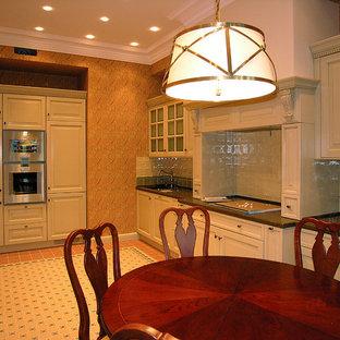 Idée de décoration pour une grande cuisine victorienne en L avec un évier encastré, un placard avec porte à panneau surélevé, des portes de placard beiges, un plan de travail en quartz modifié, une crédence beige, une crédence en carreau de céramique, un électroménager en acier inoxydable, un sol en carrelage de céramique, aucun îlot, un plan de travail vert et un sol multicolore.