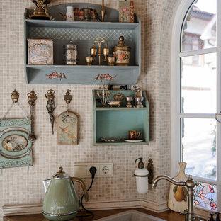 ノボシビルスクの小さいシャビーシック調のおしゃれなキッチン (ベージュのキャビネット、ベージュキッチンパネル、アイランドなし、ダブルシンク、モザイクタイルのキッチンパネル) の写真
