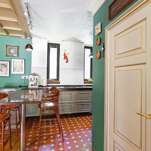 モスクワの中サイズのトランジショナルスタイルのおしゃれなキッチン (ドロップインシンク、レイズドパネル扉のキャビネット、濃色木目調キャビネット、クオーツストーンカウンター、白いキッチンパネル、レンガのキッチンパネル、シルバーの調理設備の、セラミックタイルの床、アイランドなし、オレンジの床、黒いキッチンカウンター) の写真