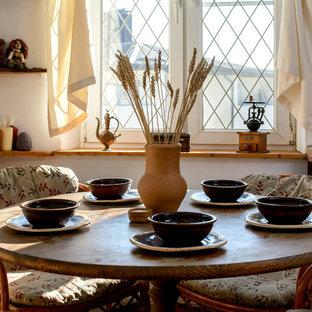 Foto på ett mellanstort medelhavsstil flerfärgad linjärt kök och matrum, med en undermonterad diskho, luckor med infälld panel, skåp i mörkt trä, kaklad bänkskiva, flerfärgad stänkskydd, stänkskydd i keramik, integrerade vitvaror, klinkergolv i porslin och rött golv