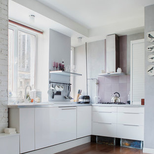 Свежая идея для дизайна: угловая кухня-гостиная в современном стиле с плоскими фасадами и белыми фасадами без острова - отличное фото интерьера