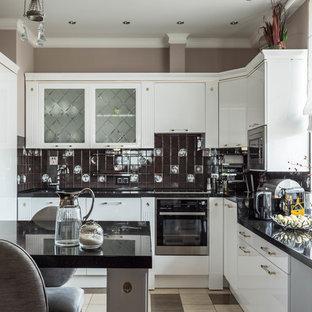 Стильный дизайн: кухня в современном стиле с плоскими фасадами, белыми фасадами, коричневым фартуком и техникой из нержавеющей стали - последний тренд