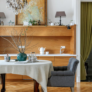 Стильный дизайн: прямая кухня в стиле модернизм с монолитной раковиной, плоскими фасадами, фасадами цвета дерева среднего тона, коричневым фартуком, фартуком из дерева, паркетным полом среднего тона, коричневым полом и белой столешницей без острова - последний тренд