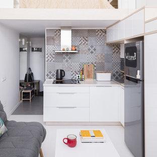 Свежая идея для дизайна: угловая кухня-гостиная в скандинавском стиле с накладной раковиной, плоскими фасадами, белыми фасадами, серым фартуком, светлым паркетным полом и белым полом без острова - отличное фото интерьера