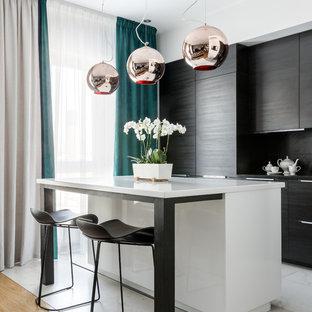 Пример оригинального дизайна интерьера: угловая кухня в современном стиле с плоскими фасадами, черными фасадами, черным фартуком, островом и белым полом