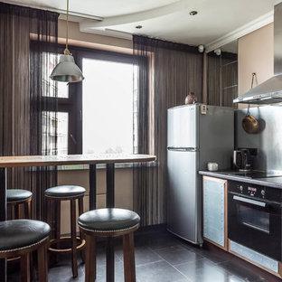Пример оригинального дизайна: отдельная, прямая кухня в современном стиле с плоскими фасадами, кухней из нержавеющей стали, фартуком цвета металлик и черным полом без острова