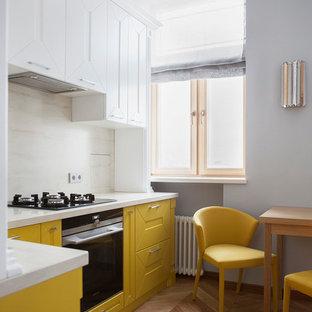 Geschlossene Moderne Küche ohne Insel in L-Form mit Schrankfronten mit vertiefter Füllung, gelben Schränken, Küchenrückwand in Beige, Küchengeräten aus Edelstahl, braunem Holzboden und braunem Boden in Moskau