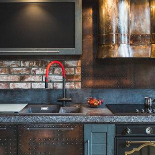 Foto di una cucina lineare industriale con lavello da incasso, elettrodomestici neri, ante marroni e paraspruzzi marrone