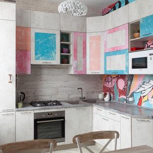 Идея дизайна: маленькая угловая кухня в стиле фьюжн с обеденным столом, накладной раковиной, плоскими фасадами, серым фартуком, серым полом и серой столешницей без острова