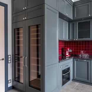 Идея дизайна: маленькая угловая кухня в стиле современная классика с фасадами с утопленной филенкой, серыми фасадами, красным фартуком, фартуком из керамической плитки, черной техникой, серым полом и черной столешницей без острова