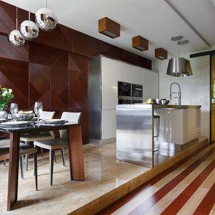 На фото: с высоким бюджетом параллельные кухни в современном стиле с плоскими фасадами, белыми фасадами, техникой из нержавеющей стали, островом и обеденным столом
