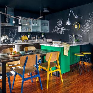 Новый формат декора квартиры: параллельная кухня в современном стиле с накладной раковиной, столешницей из плитки, черным фартуком, полуостровом, коричневым полом и белой столешницей