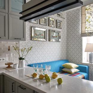 Свежая идея для дизайна: маленькая п-образная кухня-гостиная в стиле современная классика с накладной раковиной, фасадами с утопленной филенкой, серыми фасадами, столешницей из кварцевого композита, бежевым фартуком, фартуком из керамической плитки, черной техникой, паркетным полом среднего тона, полуостровом и коричневым полом - отличное фото интерьера