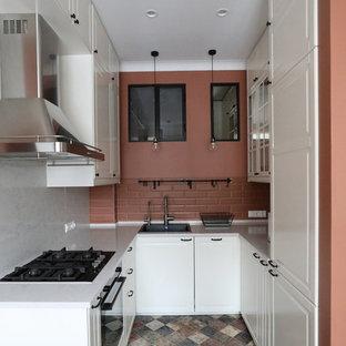 Inredning av ett modernt litet vit vitt kök, med en nedsänkt diskho, vita skåp, bänkskiva i kvarts, stänkskydd i terrakottakakel, klinkergolv i keramik, flerfärgat golv, luckor med upphöjd panel, brunt stänkskydd och svarta vitvaror