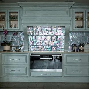 Источник вдохновения для домашнего уюта: п-образная кухня в стиле неоклассика (современная классика) с фасадами с выступающей филенкой, бирюзовыми фасадами, техникой из нержавеющей стали и бежевой столешницей без острова