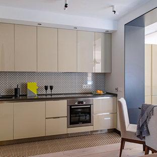 Пример оригинального дизайна: угловая кухня в современном стиле с плоскими фасадами, бежевыми фасадами, техникой из нержавеющей стали и бежевым полом без острова