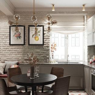 モスクワの中サイズのトランジショナルスタイルのおしゃれなキッチン (アンダーカウンターシンク、落し込みパネル扉のキャビネット、グレーのキャビネット、クオーツストーンカウンター、ガラス板のキッチンパネル、シルバーの調理設備の、磁器タイルの床、アイランドなし、赤い床、茶色いキッチンカウンター) の写真