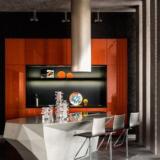 Inspiration för moderna linjära kök, med släta luckor, orange skåp och en köksö
