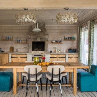 Неиссякаемый источник вдохновения для домашнего уюта: кухня в стиле кантри с обеденным столом, светлыми деревянными фасадами, фартуком из дерева, светлым паркетным полом, плоскими фасадами и серой столешницей