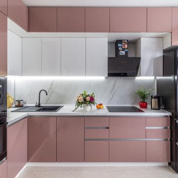 Яркая кухня с фасадами из пластика