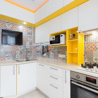 他の地域の小さいコンテンポラリースタイルのおしゃれなキッチン (シングルシンク、フラットパネル扉のキャビネット、白いキャビネット、木材カウンター、マルチカラーのキッチンパネル、セラミックタイルのキッチンパネル、シルバーの調理設備、ラミネートの床、ベージュの床、ベージュのキッチンカウンター) の写真